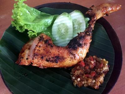 Nyamm! Ayam Bakar yang Manis Empuk dengan Cocolan Sambal Ada di Sini