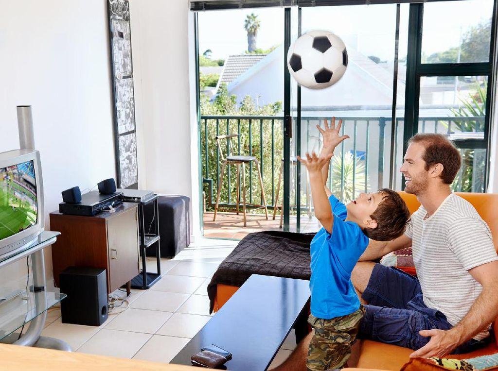 Bisa Ditiru, Cara Unik Ayah Agar Tidak Diganggu Anak Saat Nonton Bola