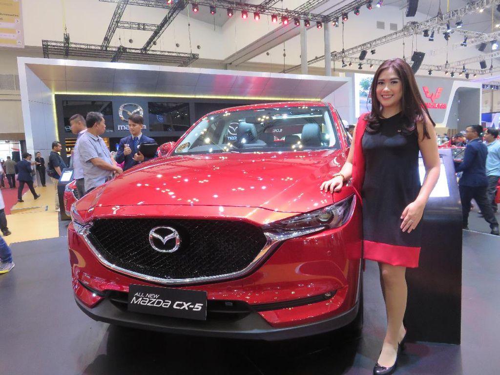 Lisari S, salah satu Mazda Girl yang gemar berkendara dalam kota mengaku bahwa mobil yang memiliki fitur canggih dan tampang yang elegan menjadi perhatian utamanya. Lisari mengaku telah jatuh cinta pada mobil baru keluaran dari Mazda yakni All-new Mazda CX-5. Foto: Ruly Kurniawan