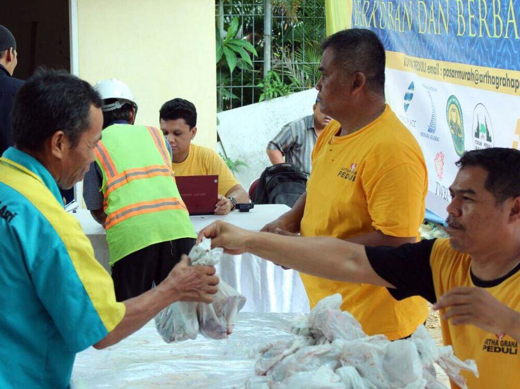Acara penyerahan daging kurban juga menjadi kegiatan untuk menjalin hubungan silaturahmi yang baik dengan sesama masyarakat yang membutuhkan. Foto: dok. AGP
