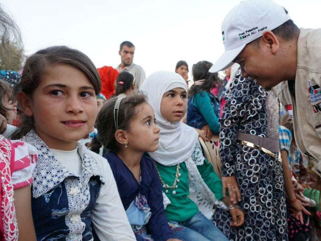 Sekjen KNRP Suhartono bercengkerama dengan anak-anak pengungsi. (dok. KNRP)