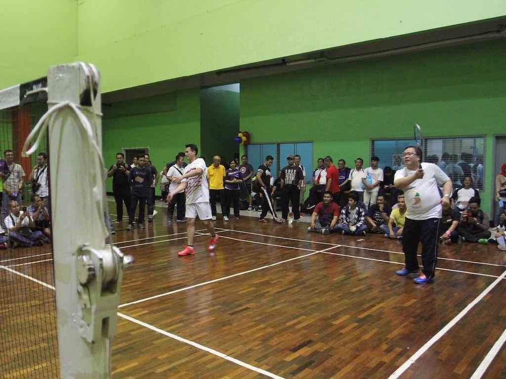 Bambang kerap bermain bulutangkis bersama (mantan) pemain-pemain top nasional karena dia memang dikenal sangat menggandrungi olahraga ini. Candra, yang kali ini menjadi pasangannya, adalah peraih medali emas Olimpiade 2000. [Foto: istimewa]
