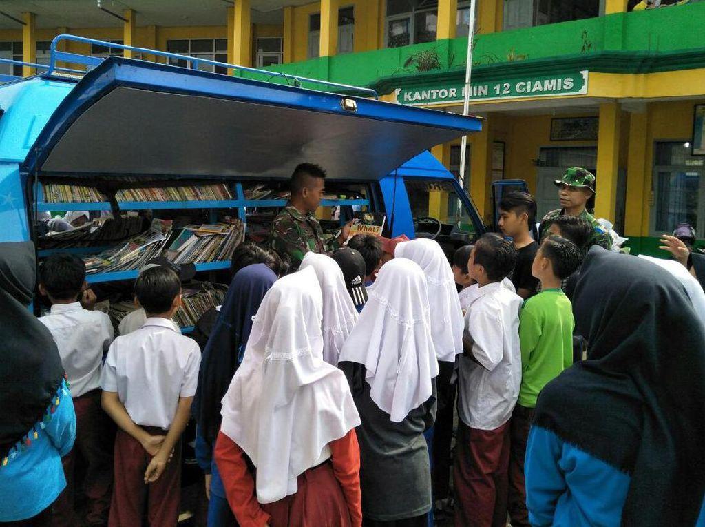 Sebanyak 450 orang anak-anak Madrasah Ibtidayah Negeri (MIN) 12 Kabupaten Ciamis berhamburan menyerbu kendaraan mobil pintar Brigif Raider 13/Galuh Kostrad yang memasuki halaman sekolahnya. (Penkostrad).