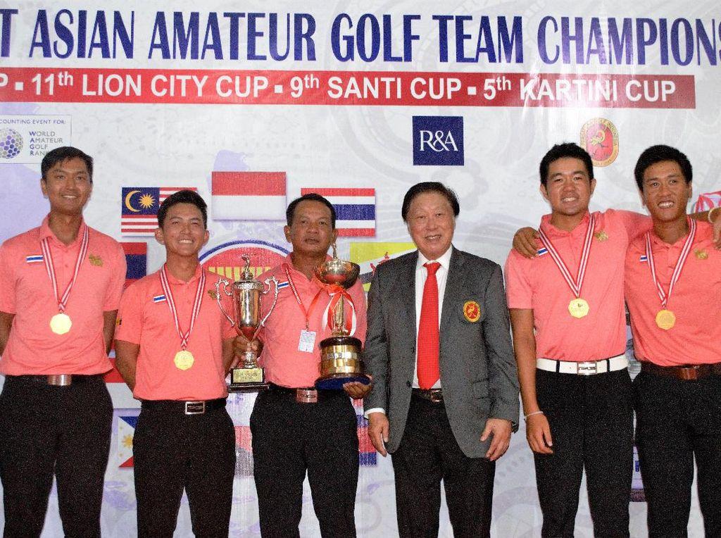 Tim Thailand menunjukkan trofi juara. Mereka menjadi juara perorangan dan grup di 57th Putra Cup, 11th Lion City Cup, 9th Santi Cup, dan 5th Kartini Cup. (PB PGI).