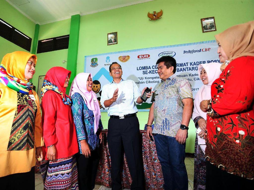 CSR Manager PT Indofood Sukses Makmur Tbk Albert Abraham dan Camat Bantargebang Asep Gunawan berbincang dengan peserta cerdas cermat.