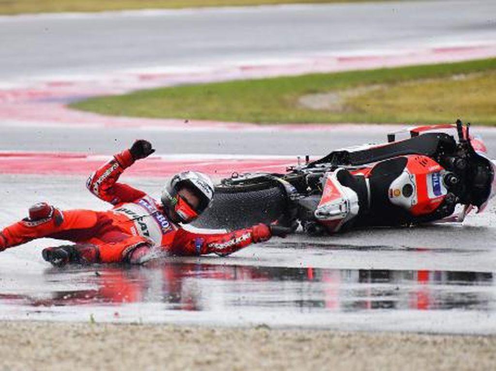 Usai balapan, Lorenzo mengaku itulah satu-satunya momen dirinya kehilangan konsentrasi -- yang berakibat fatal. (Foto: Marco BERTORELLO/AFP PHOTO)