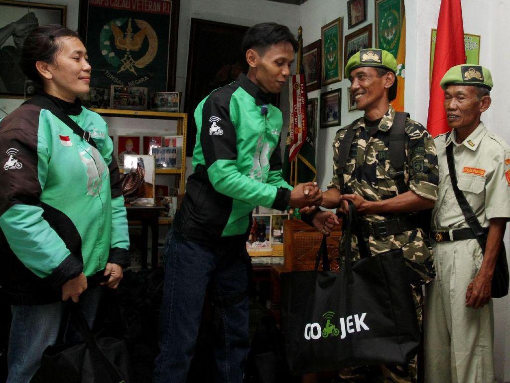 Menggagas program Untuk Anak Bangsa sekaligus merayakan kemerdekaan Indonesia ke-72, Go-Jek sempat memberikan sumbangan kepada sejumlah veteran yang sudah mengabdikan diri untuk Kemerdekaan 1945. Istimewa.