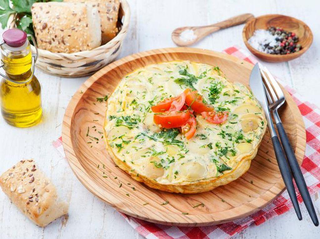 Bauernomelette adalah sebutan bagi omelet di Austria dan Jerman bagian selatan. Irisan bawang bombay, potongan kentang rebus, dan bacon asap disangrai dalam wajan, kemudian barulah telur kocok dituangkan dan dimasak sampai matang. Herb, jamur, tomat, atau cornichon (acar timun utuh) sering ditambahkan ke dalam adonan omelet. Foto: Istimewa