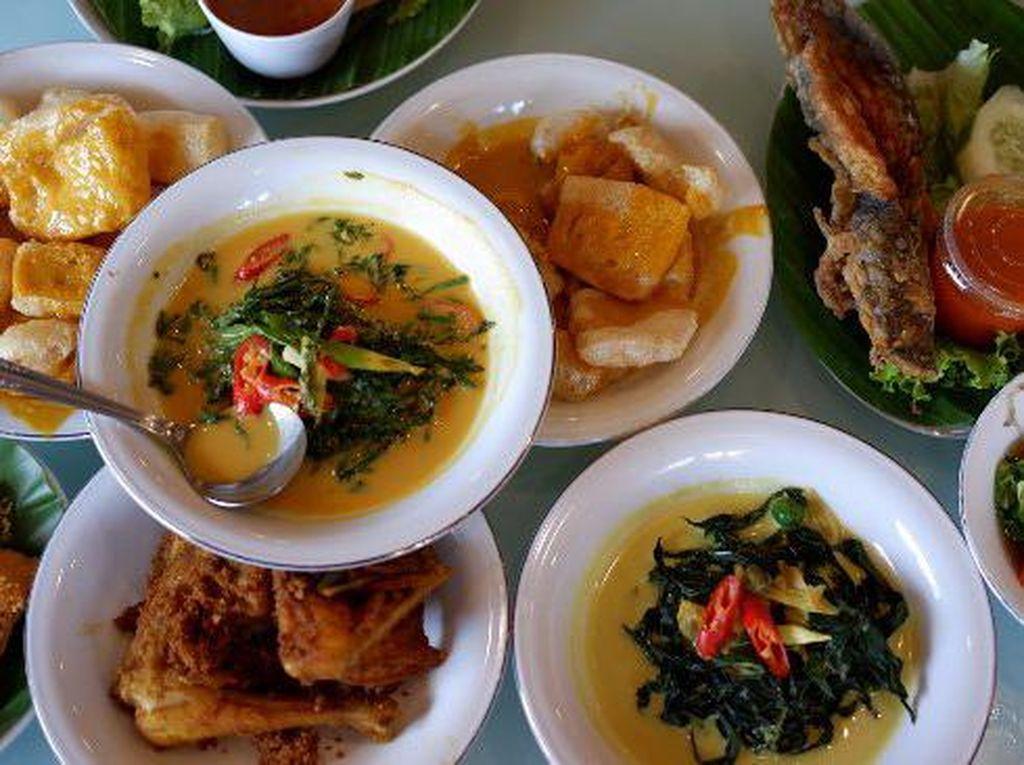 Pagi Sore yang ada di kawasan Cipete memang punya rasa masakan Minang dan Palembang yang sedap. Ayam pop dan juga ayam bakar di sini memang tak ada duanya. Apalagi ditambah dengan sambal paru dan ati yang sedap pedas. Dijamin kekenyangan! Foto: Istimewa