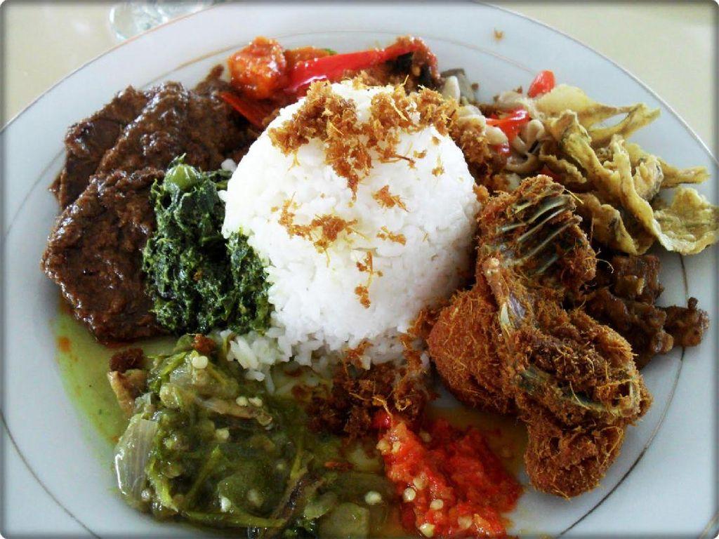 Pondok Djaja merupakan rumah makan Minang yang legendaris di Jakarta. Rumah makan milik Sjoffian Chaedir ini sudah buka sejak tahun 1969. Ada di Jalan Hasyim Ashari No. 13, Anda bisa menikmati ayam goreng dengan taburan serundeng dengan gulai gurih. Aduh apalagi disuap dengan nasi hangat. Mantap! Foto: Istimewa
