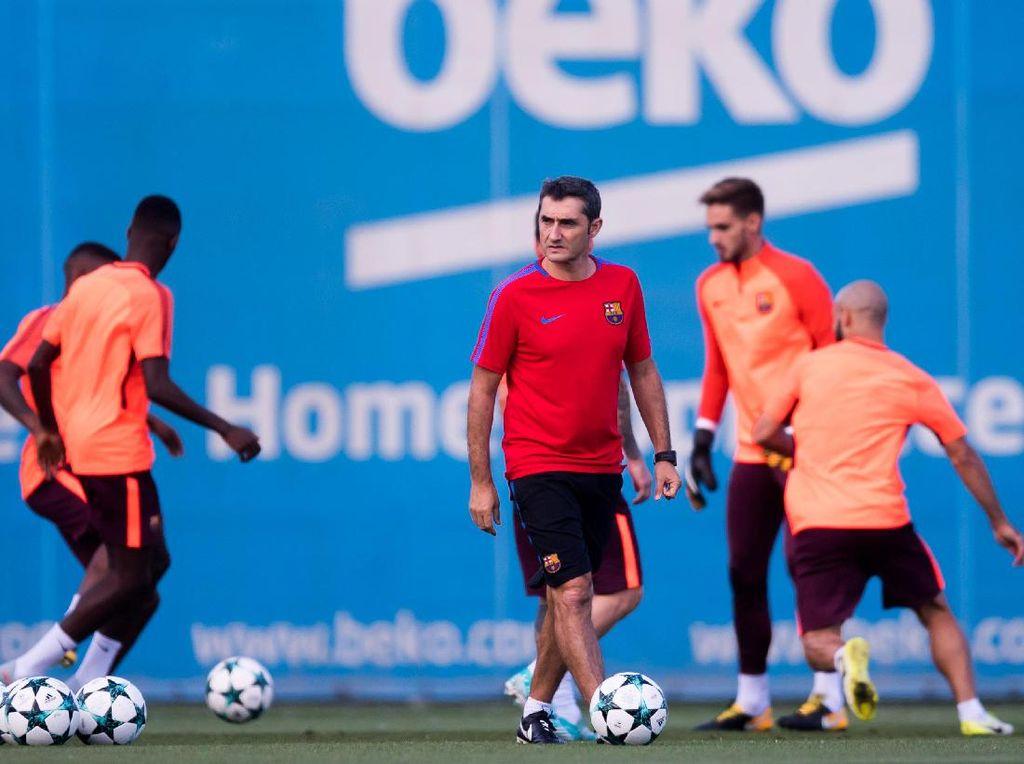 Menjelang laga tersebut, Barca menjalani latihan di bawah arahan pelatih Ernesto Valverde. Foto: Alex Caparros/Getty Images