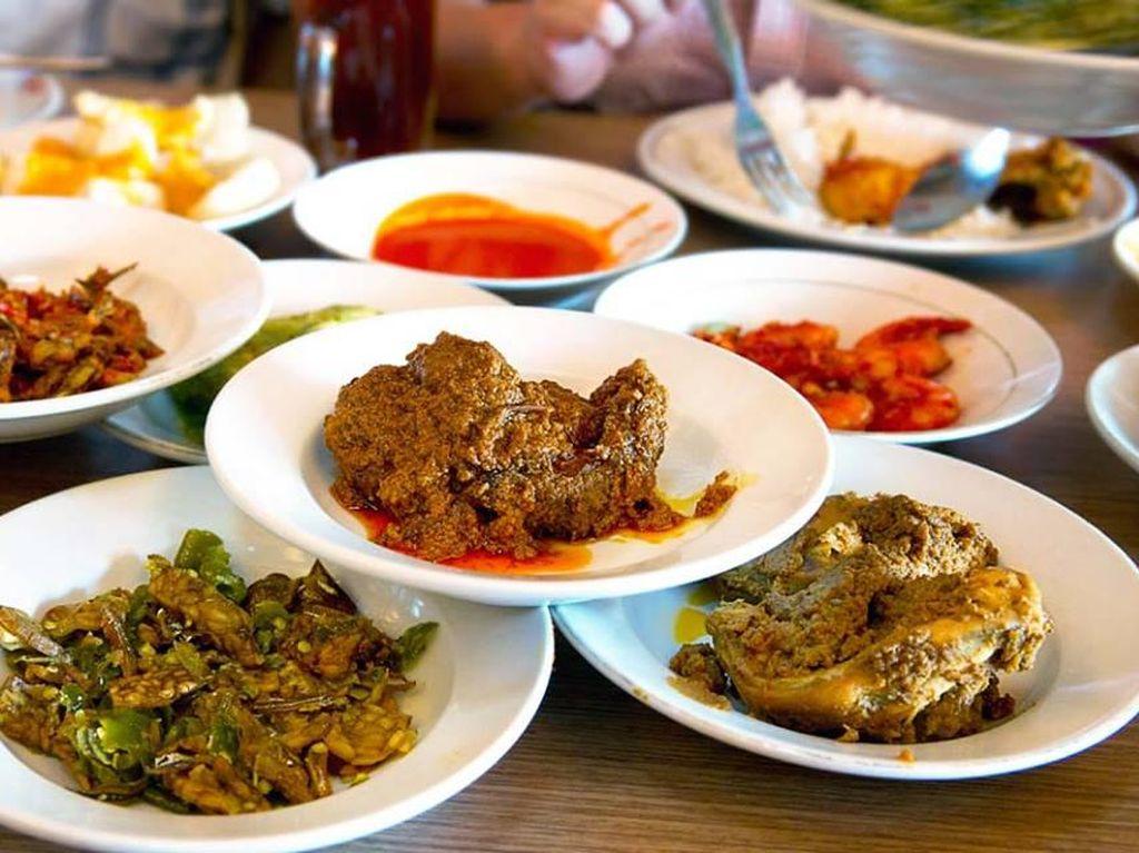 RM. Ganto Minang yang ada di kawasan Cinere memang wajib di coba. Ada rendang, ayam bakar hingga gulai yang enak dinikmati dengan nasi hangat dan juga sambal ijo dan sambal merah. Jangan lupa tambah kerupuk kulit yang disiram gulai. Foto: Istimewa