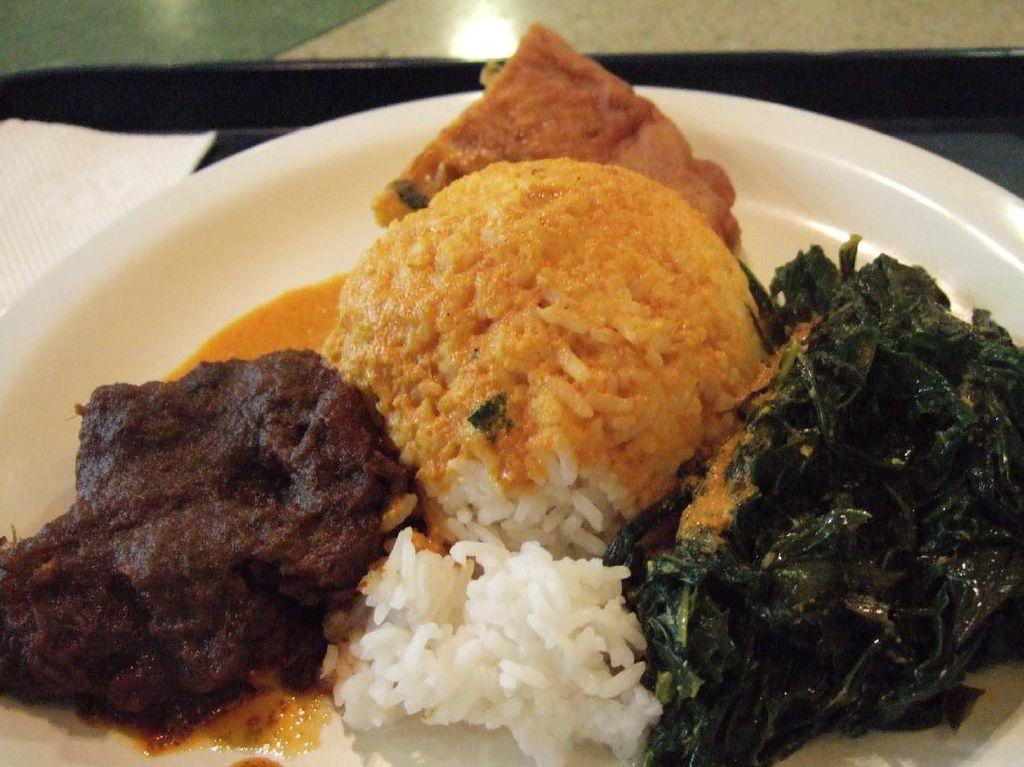 Rumah makan Sederhana punya banyak cabang banyak sekali di Jakarta. Rumah makan ini juga masih jadi populer warga Jakarta. Ada rendang atau ayam bakar serta ikan bilih yang dibalut dengan sambal merah. Tapi, siang ini coba saja memesan rendang empuk yang berbalut bumbu dengan nasi bersiram kuah gulai dan sayuran. Foto: Istimewa