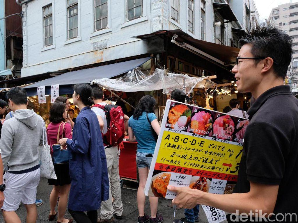Para pengunjung lalu lalang di pasar yang beralamat di 5 Chome-2-1 Tsukiji, Chuo, Tokyo 104-0045.