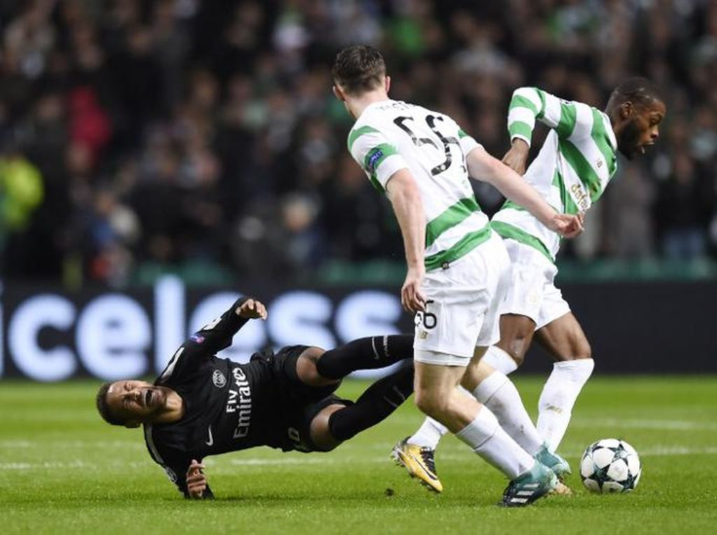 Neymar harus jatuh-bangun saat dibendung Ralston dan rekannya di Celtic, Olivier Ntcham. (Foto: Andy BUCHANAN/AFP PHOTO)