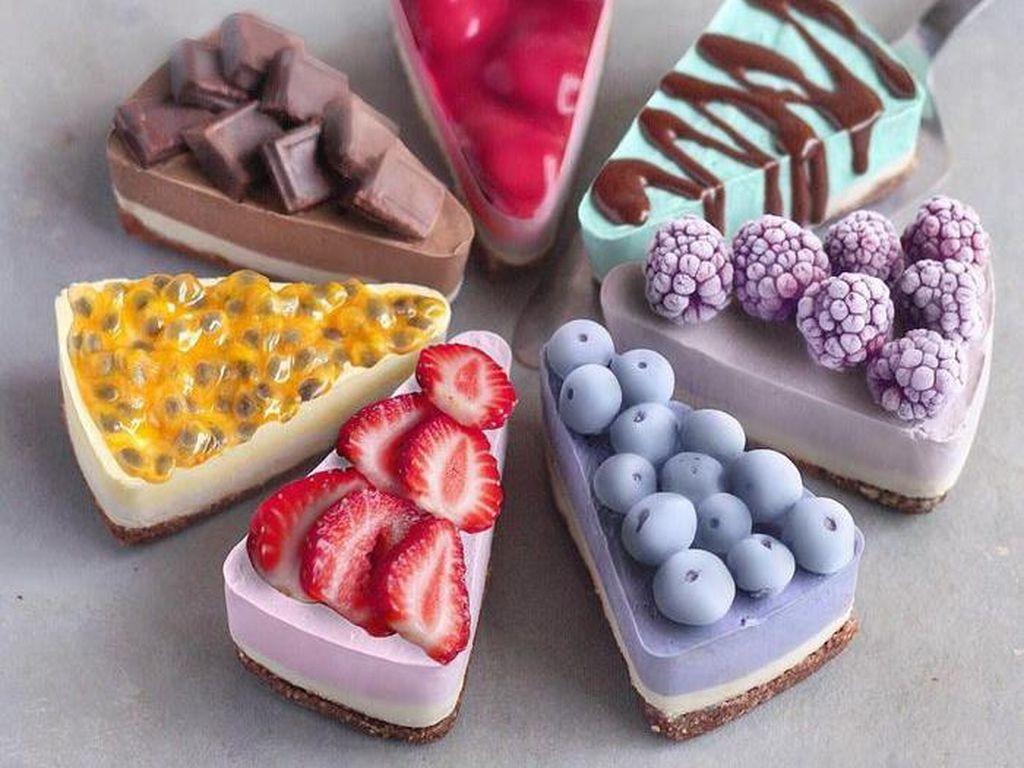 Jose membuat cheesecake vegan dengan paduan topping blueberry, strawberry, markisa hingga chocolate yang enak dan cantik. Foto: Instagram naturally.jo