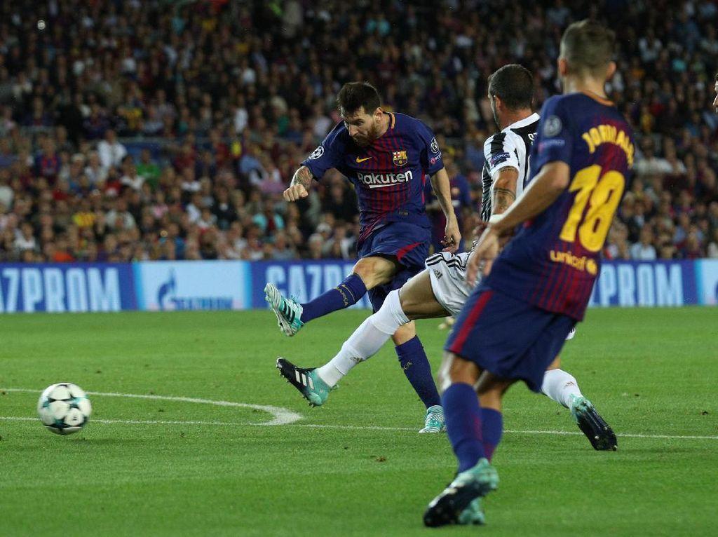 Ini adalah momen saat Messi akhirnya mencetak gol ke gawang Buffon di menit ke-45 untuk membawa Barca unggul 1-0. Secara keseluruhan, Messi menaklukkan Buffon setelah 315 menit bertanding melawan kiper Italia itu. Foto: Albert Gea/Reuters