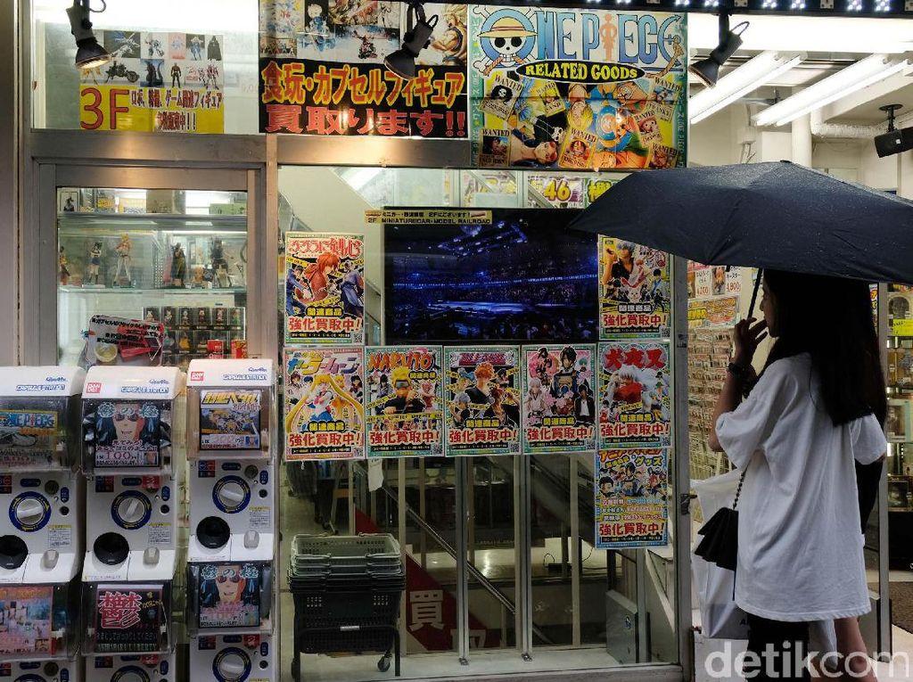 Tak hanya satu toko yang menyediakan beragam mainan dengan lengkap. Masih banyak lagi puluhan atau bahkan ratusan toko yang menjual mainan peralatan elektronik yang terpusat di Akihabara.