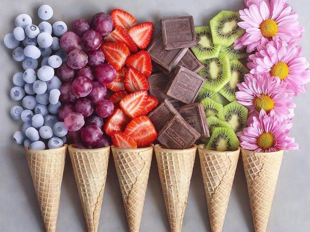 Aneka buah dengan cone yang dilumuri cokelat dengan paduan kacang. Mau coba? Foto: Instagram naturally.jo