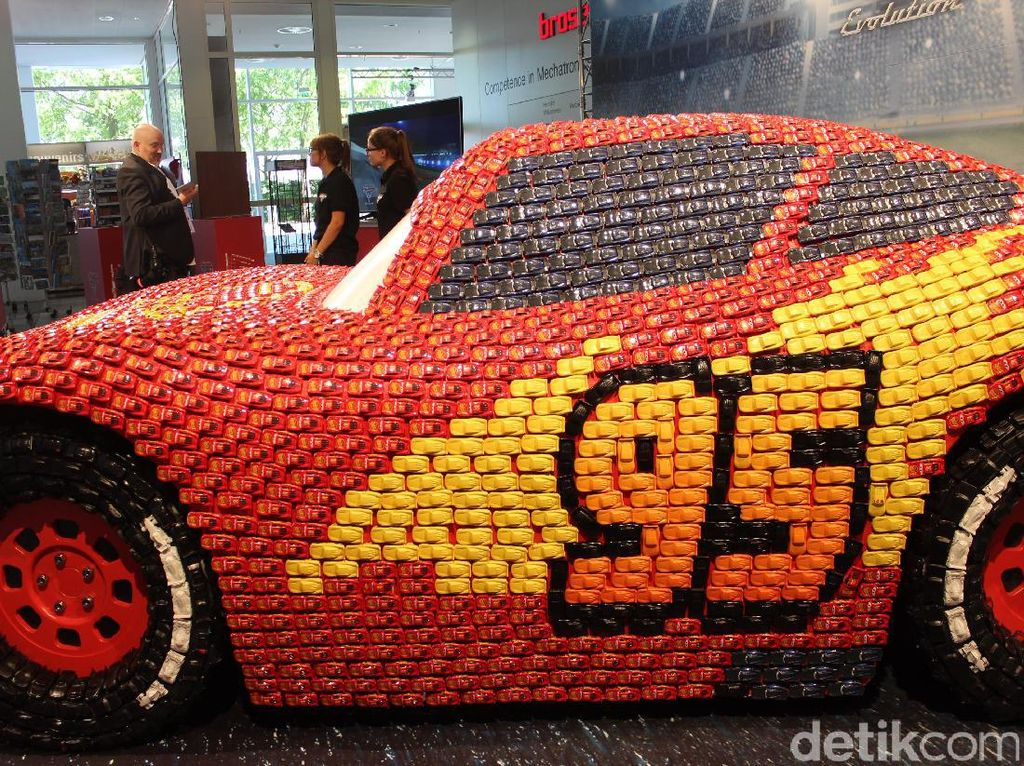 Mudah sekali dikenali, ini adalah Lightning McQueen, salah satu karakter mobil balap di film animasi Cars 3 besutan Disney. Foto: AN Uyung Pramudiarja