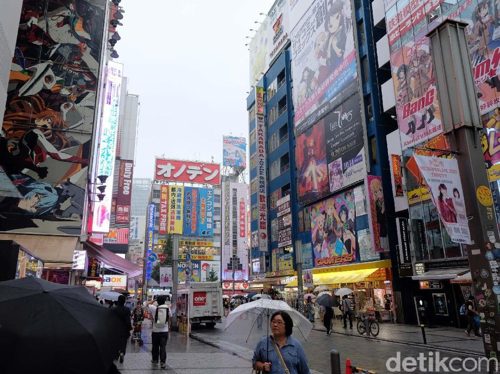 Di Akihabara juga terdapat Yobodashi Camera yang menyediakan beragam kebutuhan elektronik. Semua pasti akan ada dan ditemukan di sini.