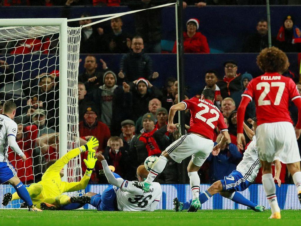 Henrikh Mkhitaryan beberapa kali memiliki peluang emas bikin gol. Tapi kombinasi kesialan dan ketangguhan lini belakang Basel membuatnya tak bisa mencetak gol. (Foto: Jason Cairnduff/Action Images via Reuters)