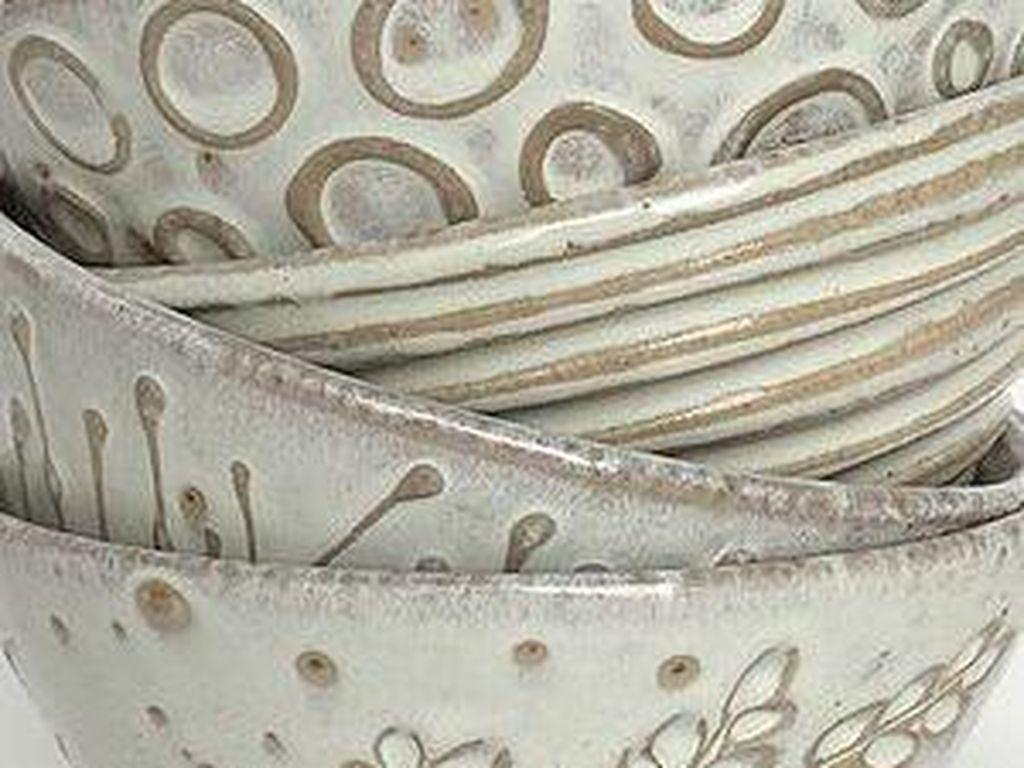 Yang suka gaya alami dan warna putih bisa memilih mangkuk ini. Finishing dengan cara digosol menciptkan hiasan natural pada sisi luar mangkuk yang alami.Foto: Istimewa