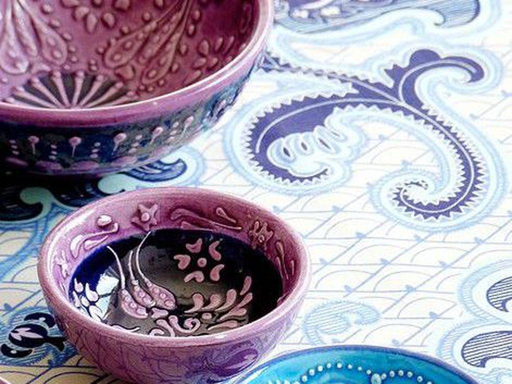Buat yang suka garis klasik, motif parsley pada mangkuk warna-warni ini sangat serasi. Selain memberi kesan elegan juga modern dan stylish.Foto: Istimewa