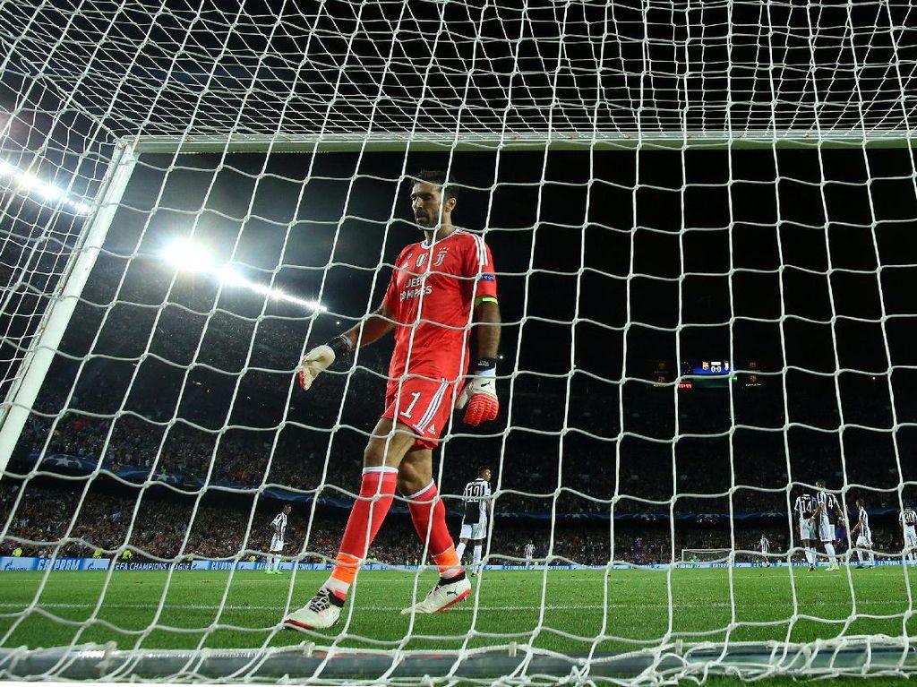 Seperti inilah ekspresi Buffon setelah gawangnya dibobol Messi. Foto: Albert Gea/Reuters