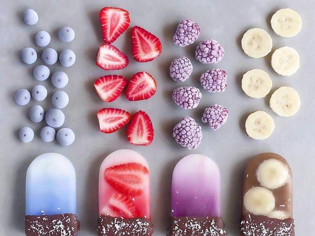 Nah kalau yang ini ice pop yang bisa dinikmati vegan. Paduan pisang, blueberry hingga strawberry tersaji cantik ditangan remaja ini. Foto: Instagram naturally.jo