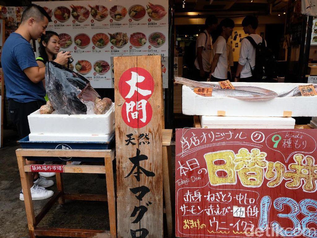 Aneka ikan segar terlihat di setiap kios di Tsukiji Fish Market.