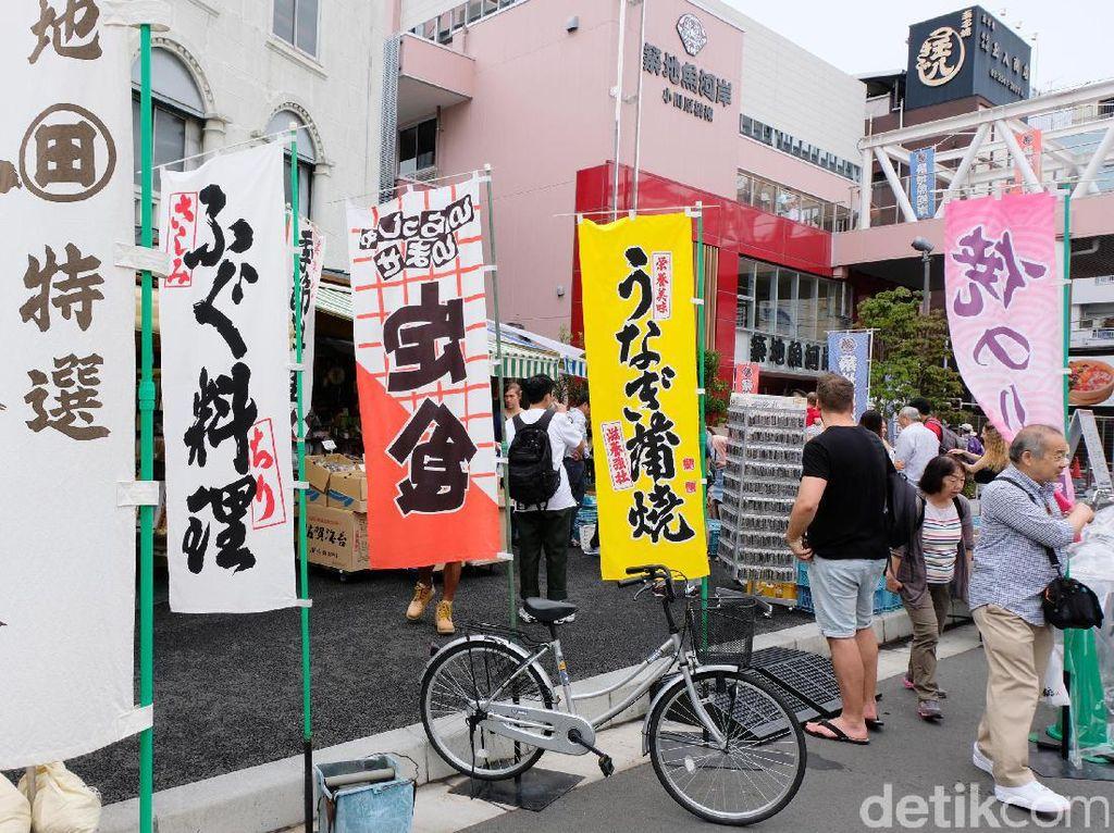 Nah, untuk yang mau ke Tsukiji Market dari Shinjuku bisa menggunakan transportasi umum Subway Toei Oedo Line yang lumayan murah dan nyaman kok. Kalau dari Tokyo Stasiun bisa juga naik kereta JR Musashino Line ke Hachobori lalu pindah ke Subway Hibiya Line, dan ambil kereta Tokyo Metro Hibiya Line ke Tsukiji Station. Semua harga tiketnya cuma sekitar 300 yen kok. Turun di Stasiun Tsukiji Shijou lalu disambung jalan kaki nggak sampe 10 menit sampe.