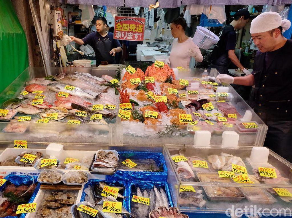 Pasar Tsukiji atau Tsukiji Market sebenarnya adalah pasar buah, sayuran dan ikan tradisional terbesar di Tokyo. Namun, bagi masyarakat Tokyo dan Jepang, Tsukiji Market adalah surganya pecinta ikan.