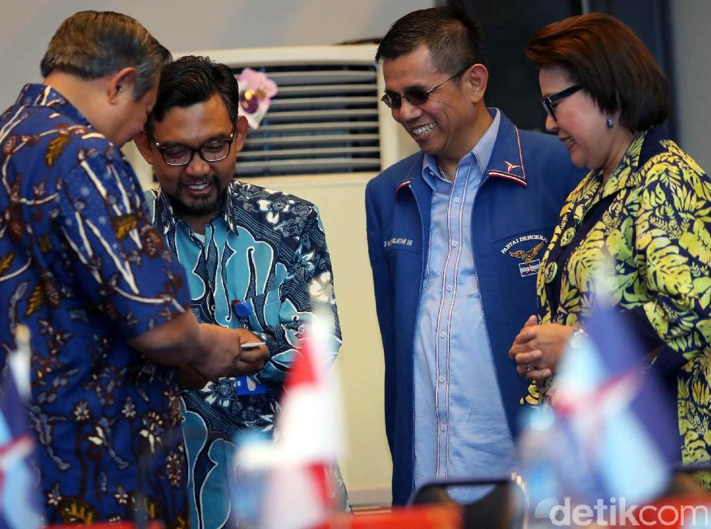 Namun sebelumnya, Ketua Umum Partai Demokrat Susilo Bambang Yudhoyono (SBY) telah tiba lebih dulu bersama istrinya, Ani Yudhoyono. Turut hadir pula Ketua Fraksi Demokrat di DPR Edhie Baskoro Yudhoyono (Ibas), Wakil Ketua Umum DPP Demokrat Roy Suryo dan Ketua Dewan Kehormatan Amir Syamsuddin.