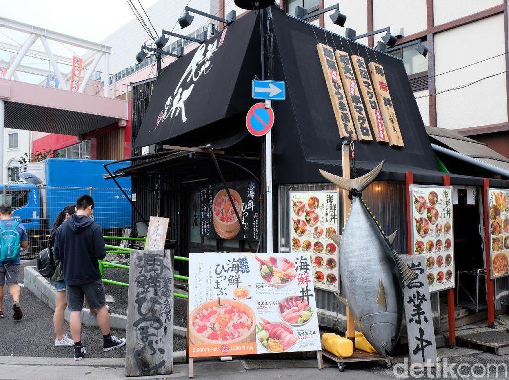 Di pasar Tsukiji luar banyak terdapat restoran dan rumah makan yang menyediakan banyak makanan olahan dari hasil tangkapan ikan yang masih segar-segar.