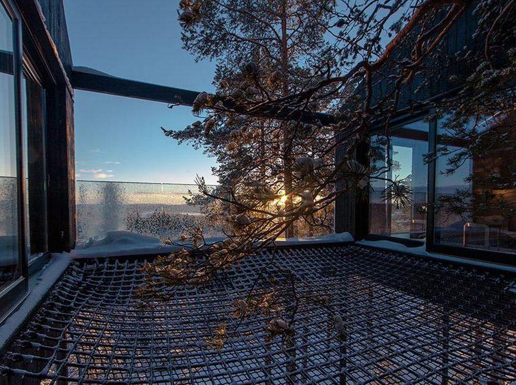 Tentu saja interior didominasi dengan kayu yang dapat menciptakan suasana nyaman dipadu jendela besar yang menawarkan lanskap yang indah termasuk Sungai Lule yang berkelok. Istimewa/Johan Jansson/Boredpanda.