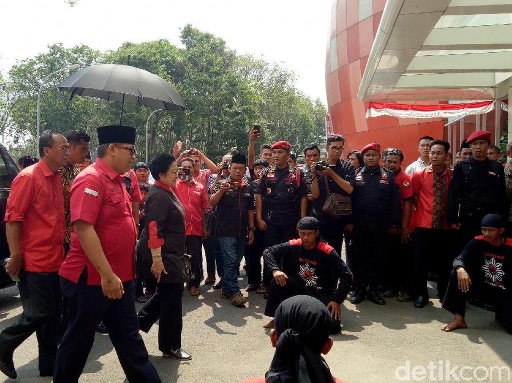 Megawati tampil dengan seragam hitam PDIP. (Raja Adil Siregar/detikcom)