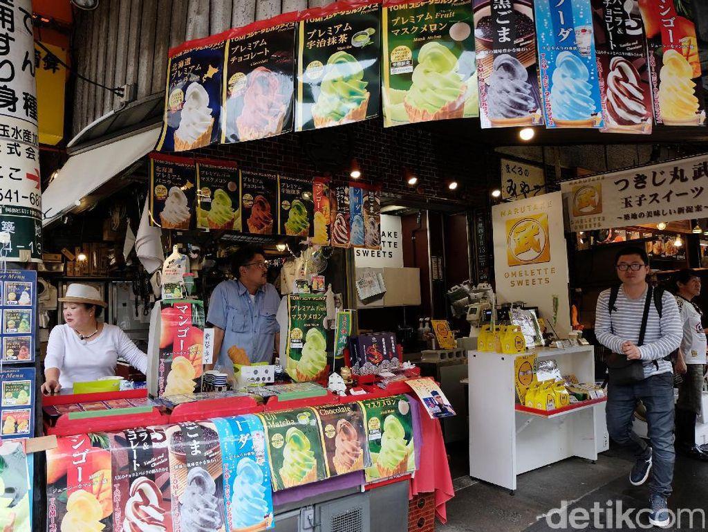 Beginilah suasana pasar luar Tsukiji Fish Market di Tokyo, Jepang.