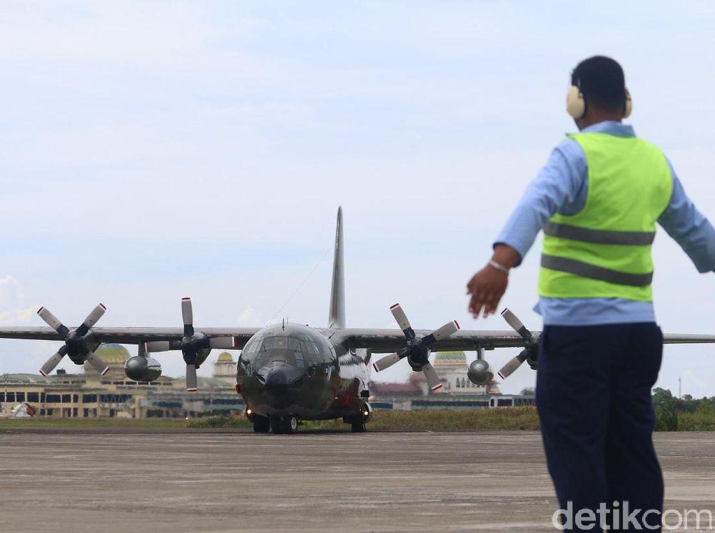 Pesawat Hercules pertama mendarat sekitar pukul 13.35 WIB, Rabu (13/9/2017). Pesawat dengan nomor lambung A-1316 itu kemudian parkir di ujung landasan, tak jauh dari hanggar Lanud Sultan Iskandar Muda (Foto: Agus Setyadi).