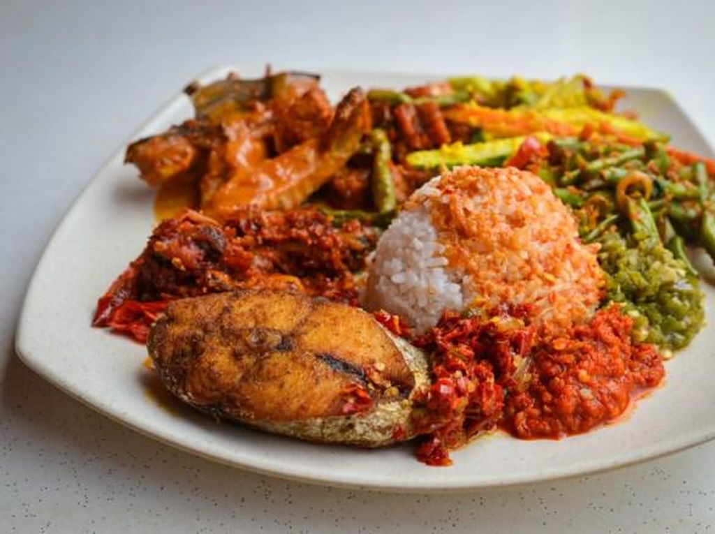 Sabar Menanti termasuk restoran Padang terpopuler di Singapura. Berdiri sejak 1920, Sabar Menanti berlokasi di Kampung Glam. Nasi ramesnya diracik dengan aneka kuah, sayur dan 3 jenis sambal. Lauk favoritnya ikan bakar dengan irisan bawang merah dan kecap manis pedas. Foto: Faineg