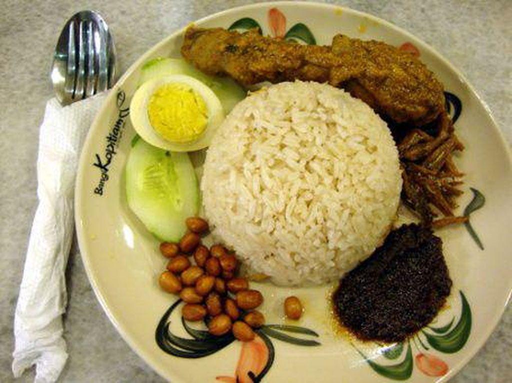 Mau cicip nasi lemak dengan lauk ayam penyet, ayam serundeng, atau ayam rendang Malaya? Mampirlah ke Bangi Kopitiam. Nasi lemaknya juga dilengkapi ikan bilis, kacang tanah goreng, telur rebus dan potongan mentimun. Foto: dok. detikFood