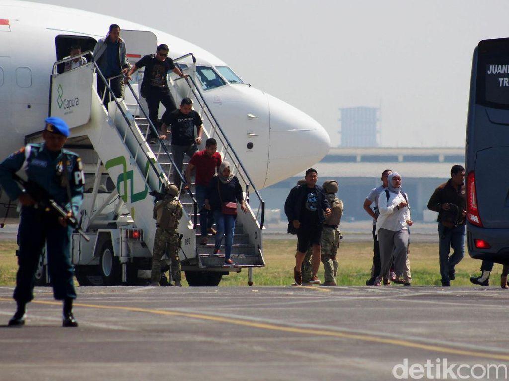 TNI AL mengevakuasi penumpang setelah berhasil melumpuhkan pembajak pesawat.