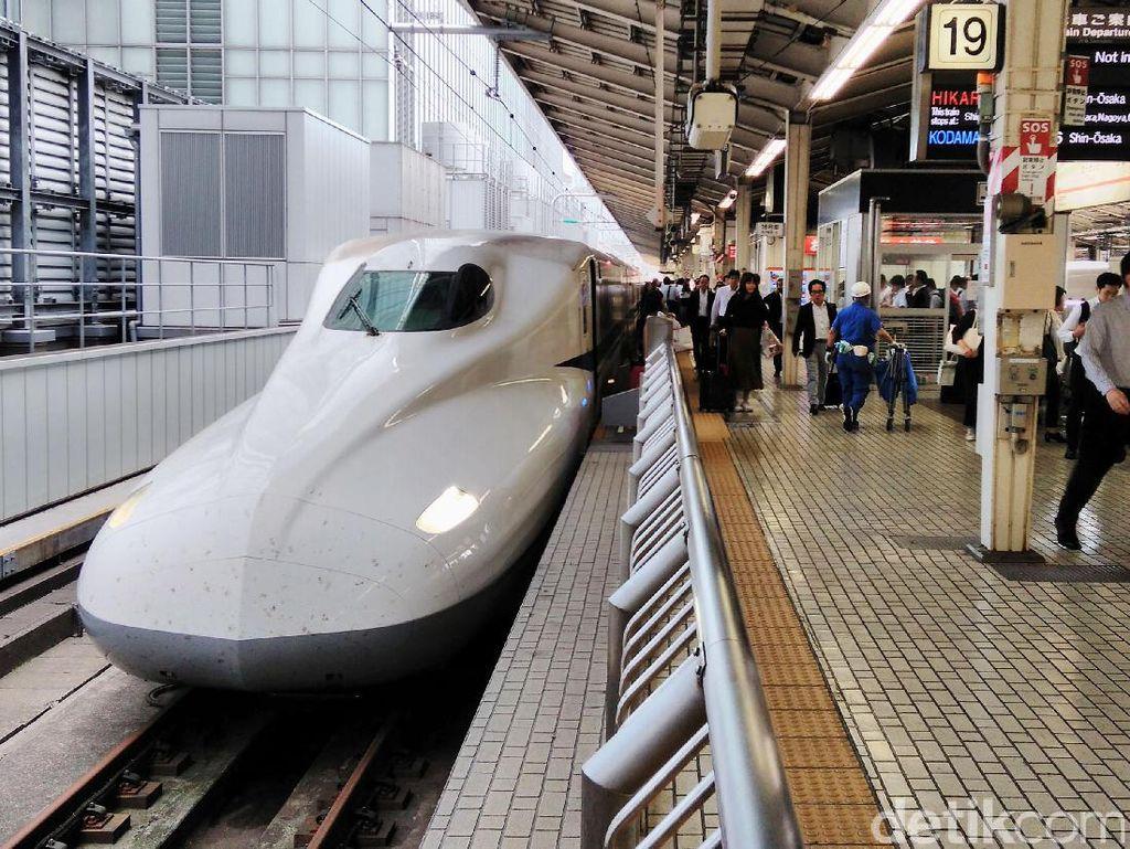 Meski kereta cepat, Shinkansen Nozomi juga berhenti, tapi hanya di stasiun besar untuk mengangkut penumpang.