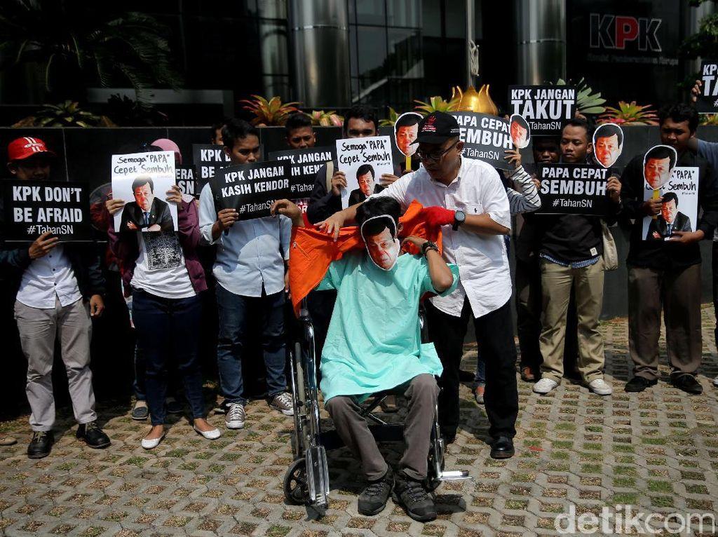 Dalam aksinya mereka menuntut KPK untujk segera menahan Ketua DPR Setya Novanto yang telah ditetapkan sebagai tersangka korupsi e-KTP.