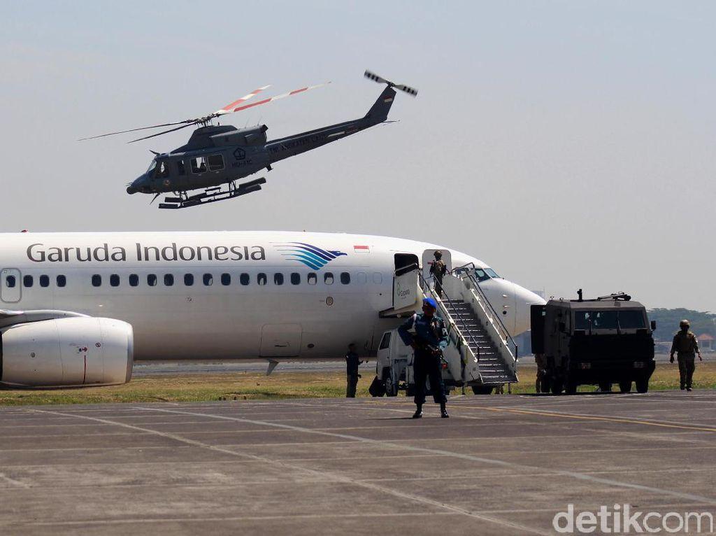 Simulasi ini tidak menganggu rute penerbangan, meskipun sempat mengagetkan para penumpang. Dan latihan ini berstandar internasional.