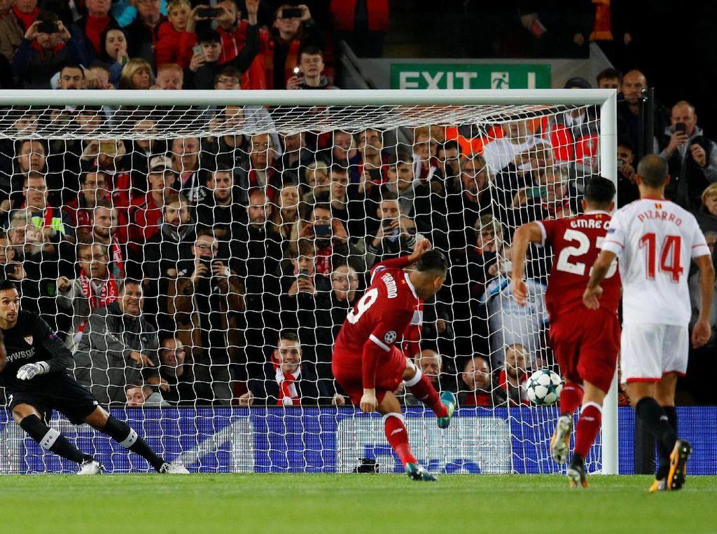 Firmino memiliki peluang menambah keunggulan Liverpool tapi eksekusi penaltinya cuma membuat bola menghantam tiang. (Foto: Phil Noble/Reuters)