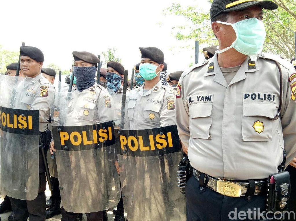 Personel gabungan Polresta Palembang dan Polda Sumsel mengamankan aksi unjuk rasa masyarakat di Kelurahan Srimulaya dan Keluarahan Suka Mulya, Kecamatan Sematang Borang, Palembang (Raja Adil Siregar/detikcom)