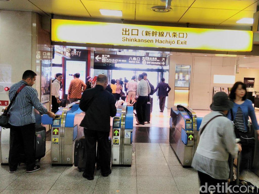 Mereka yang baru turun atau akan berangkat dengan shinkansen berseliweran di dalam stasiun.