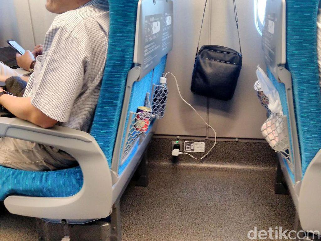 Di dalam gerbong Shinkansen juga tersedia colokan untuk charge hp maupun laptop selama perjalanan.