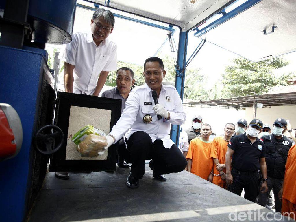 Budi Waseso (Buwas) memusnahkan barang bukti sabu di kantor BNN, Jakarta Timur, Kamis (14/9/2017).